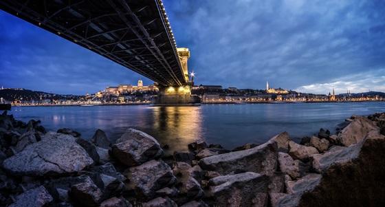Die wohl bekannteste Brücke in Budapest: die Kettenbrücke.