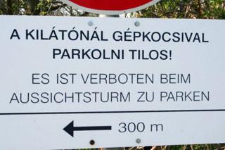 Parken verboten am Aussichtsturm in Zamardi