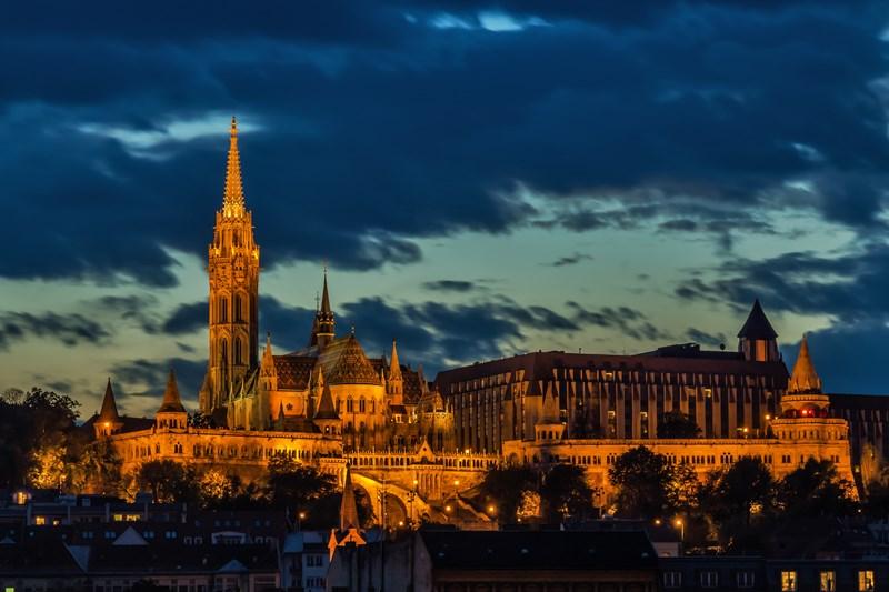 Blick auf die Fischerbastei und die Matthiaskirche im Budapester Burgviertel