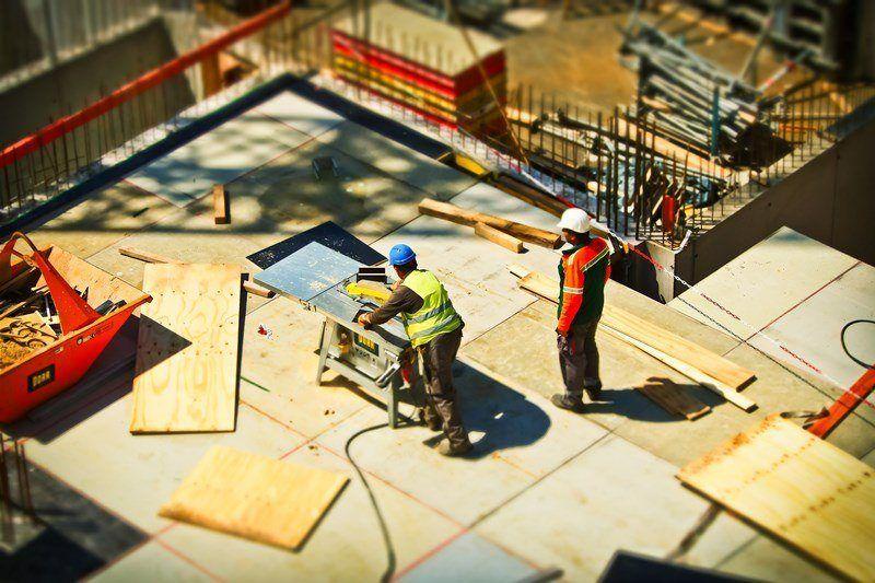 Die vorgeschriebene Arbeitskleidung auf einer Baustelle ist Pflicht.