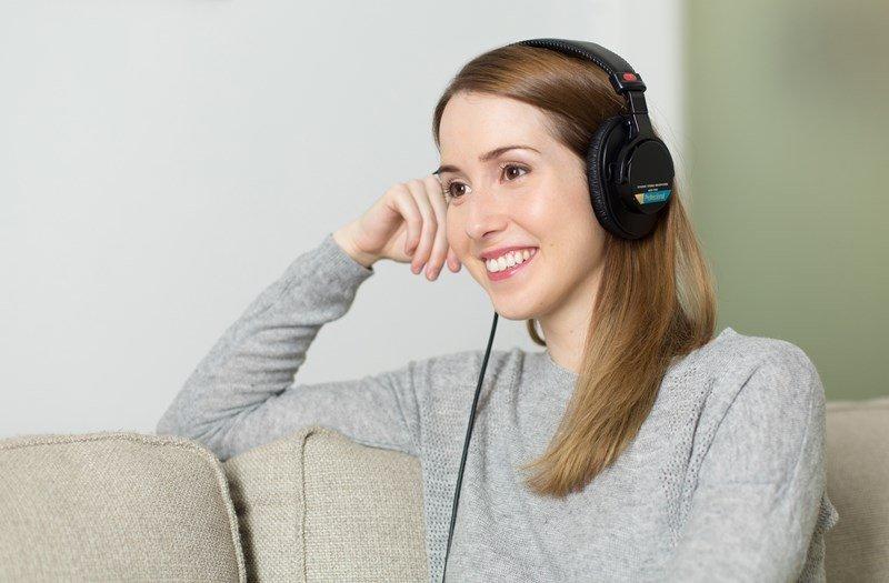 Frau hört ein Hörbuch
