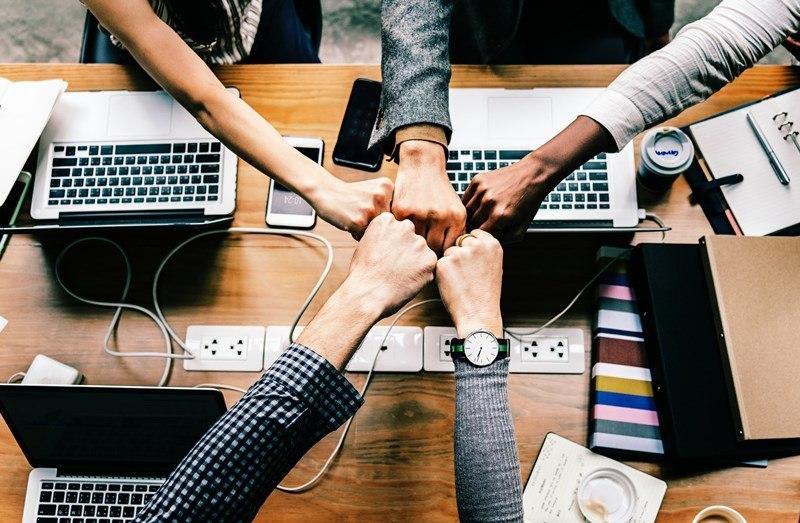 Ein Team von Gründern arbeitet für seinen Erfolg.