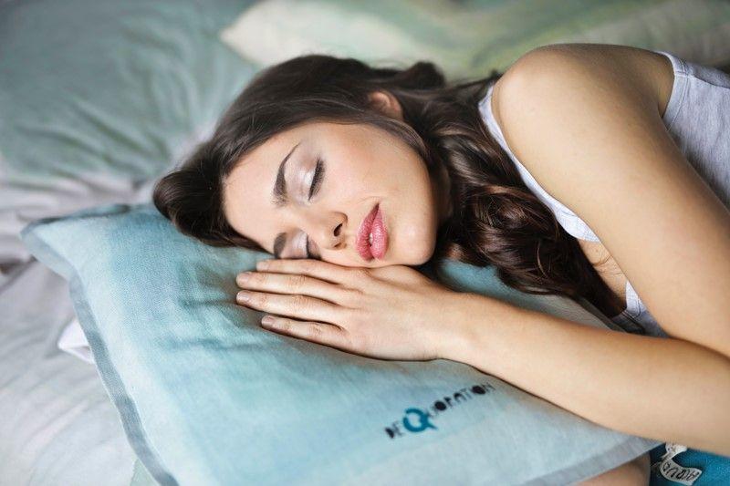 Schlafende Frau auf einer bequemen Matratze