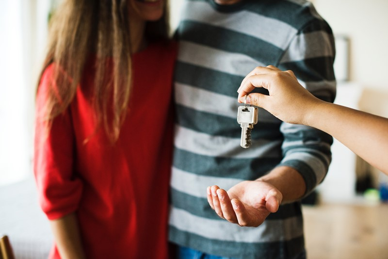 Schlüsselübergabe für neue Wohnung vor/nach Umzug