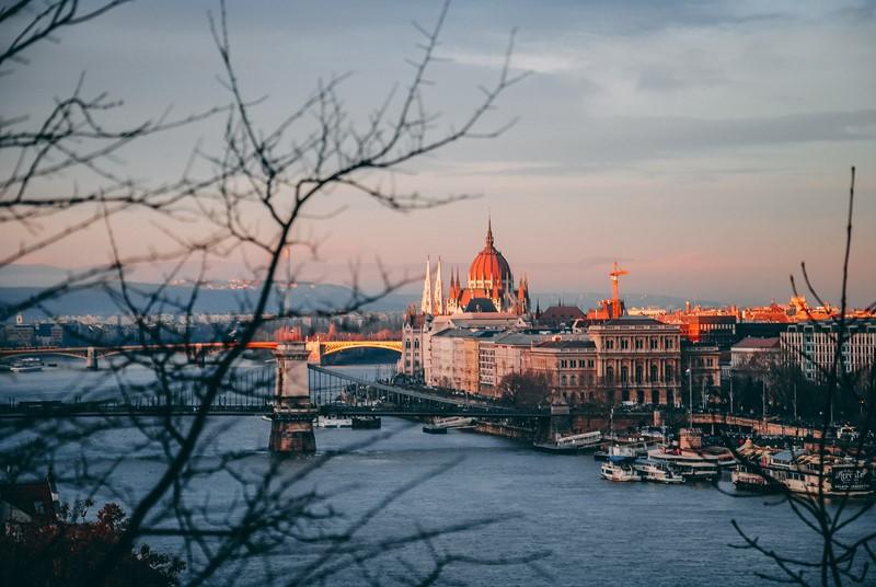 Blick über die Donau zum ungarischen Parlament in Budapest