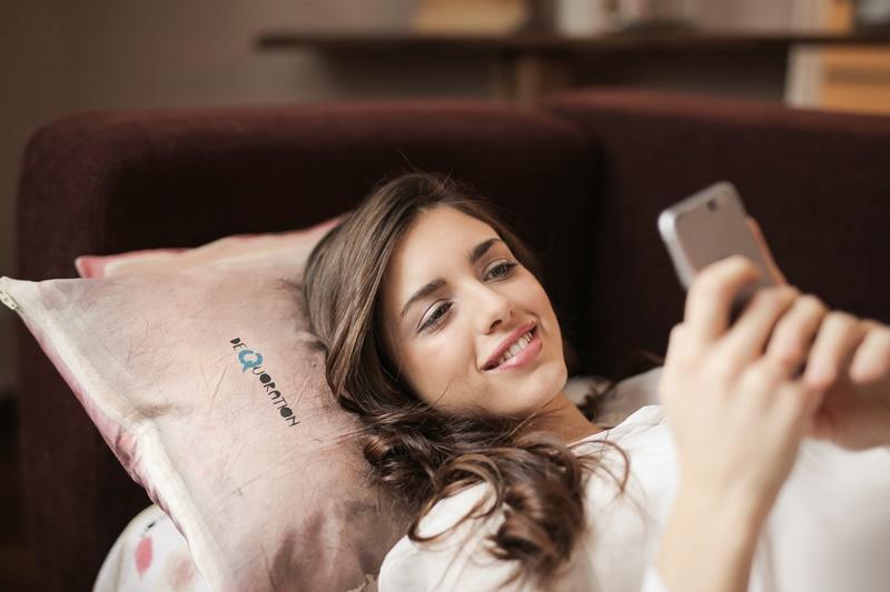 Frau nutzt Smartphone im Urlaub