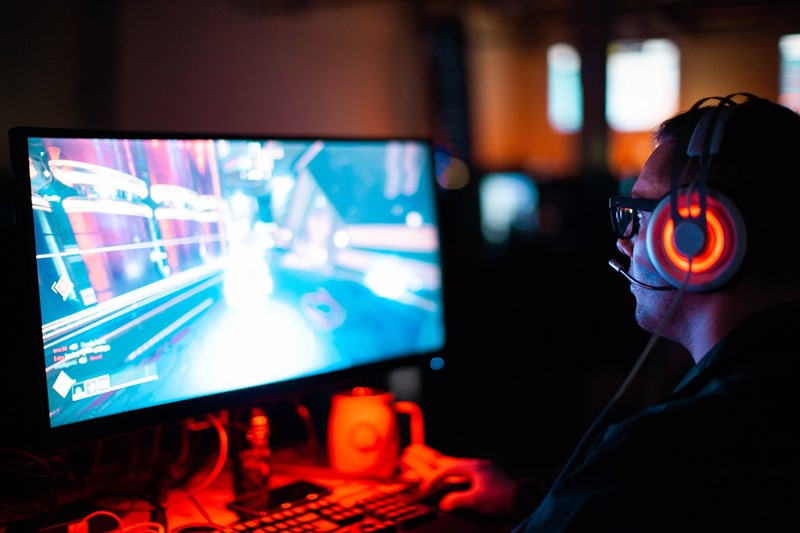 Online Gamer vor PC