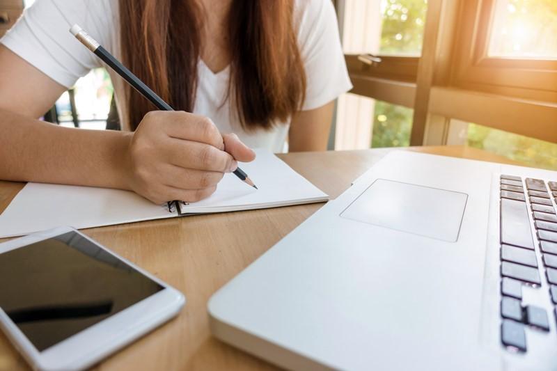 Frau lernt Sprache am Computer