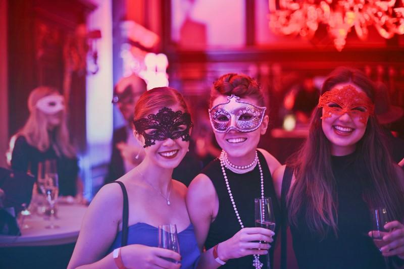 Frauen genießen das Nachtleben in Budapest