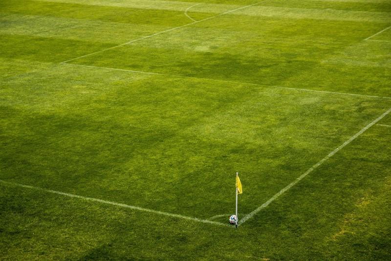 Fußballrasen und Eckfahne mit Ball