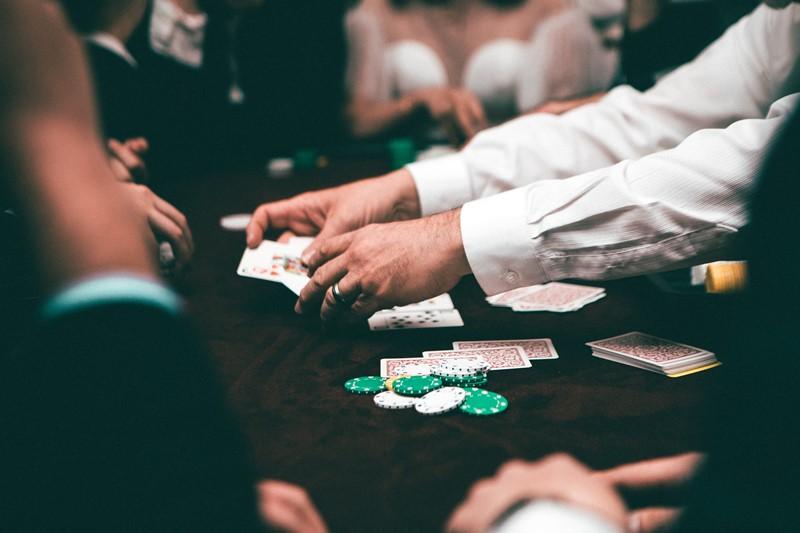 Menschen spielen Blackjack