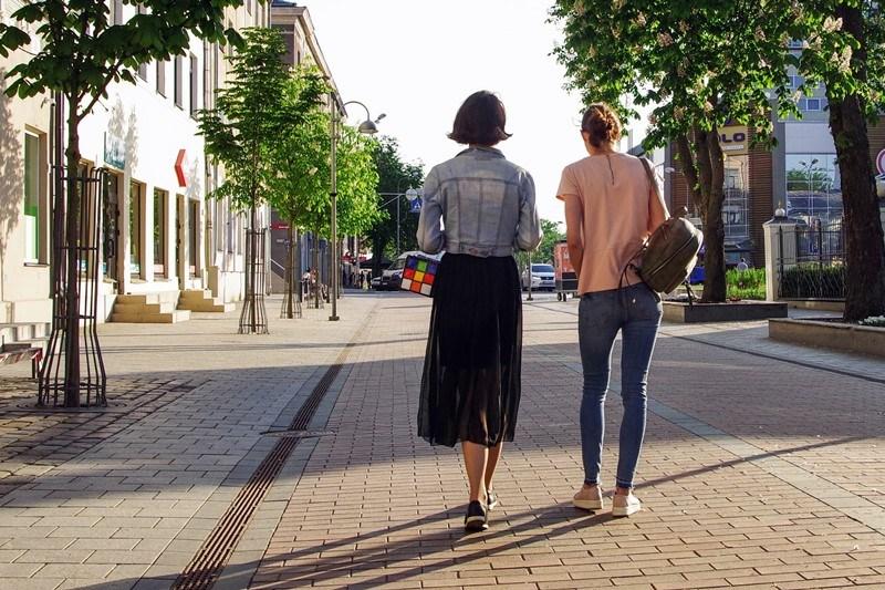 Zwei Frauen gehen spazieren