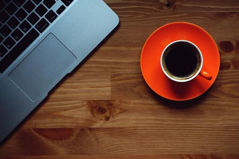 Eine Tasse Kaffee zwischendurch am Laptop