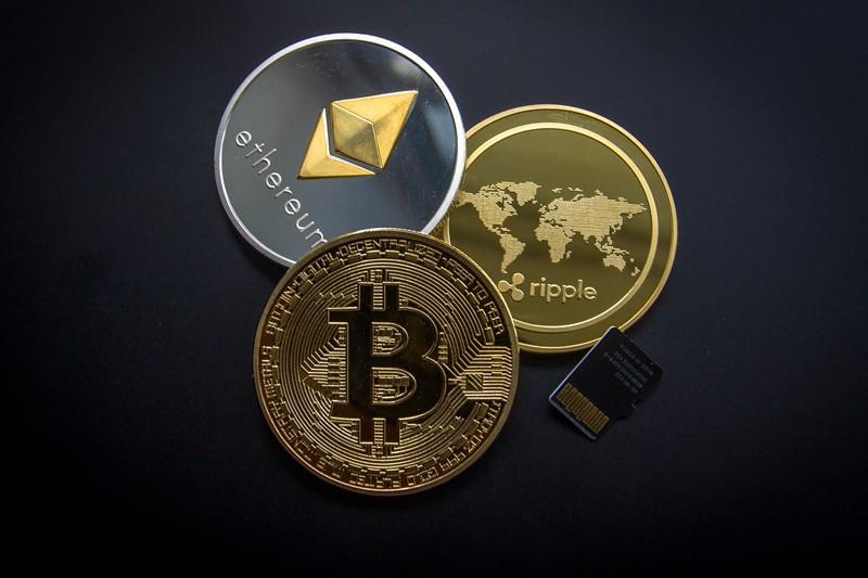 Auswahl von Münzen verschiedener Kryptowährungen