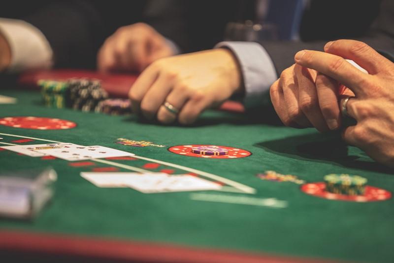 Menschen spielen Poker