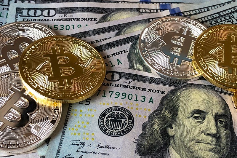 Bitcoins und US-Dollar-Noten