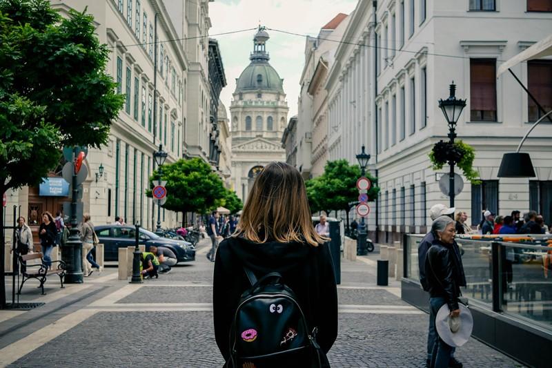 Frau läuft durch Fußgängerzone in Budapest, Ungarn