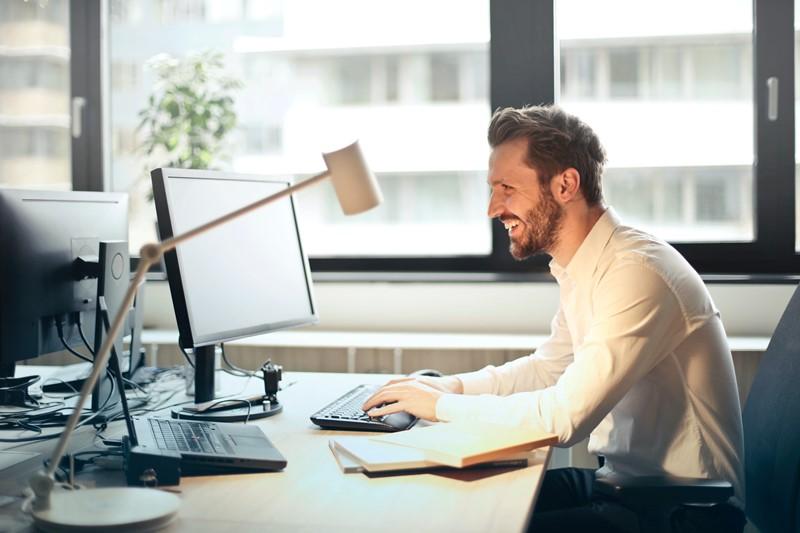Mann sitzt in einem Büro vor dem Computer