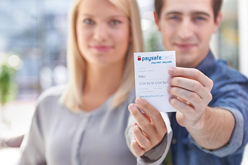 Ein Paar nutzt Paysafecard als Zahlungsmittel