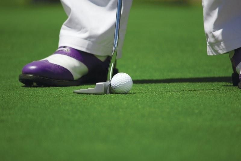 Golfspieler kurz vor einem Schlag