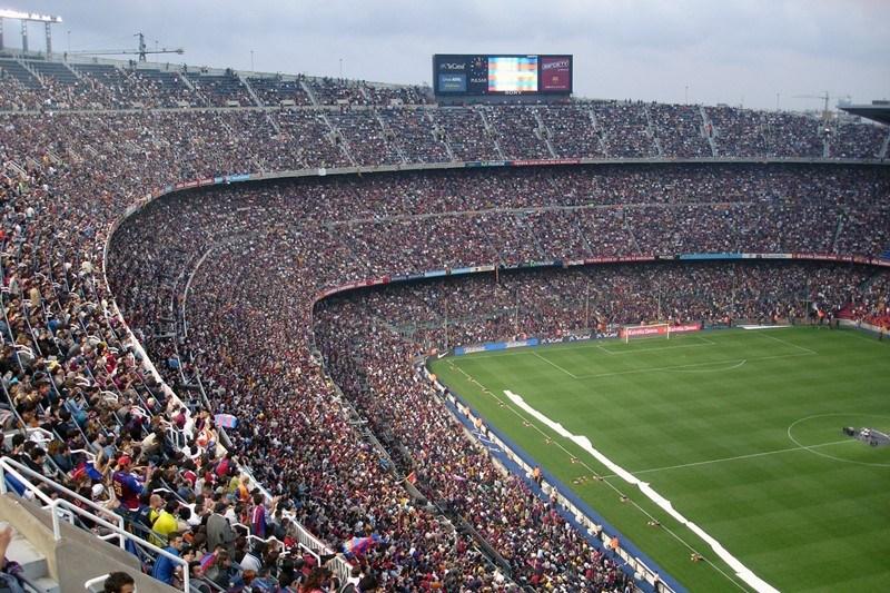 Ausverkauftes, voll besetztes Fußballstadion