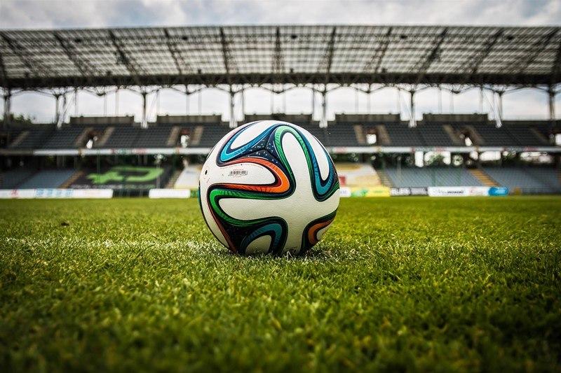 Ein Fußball liegt im Stadion