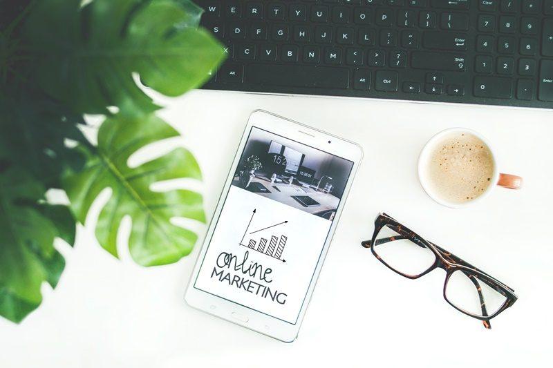 Online Marketing Botschaft auf einem Tablet