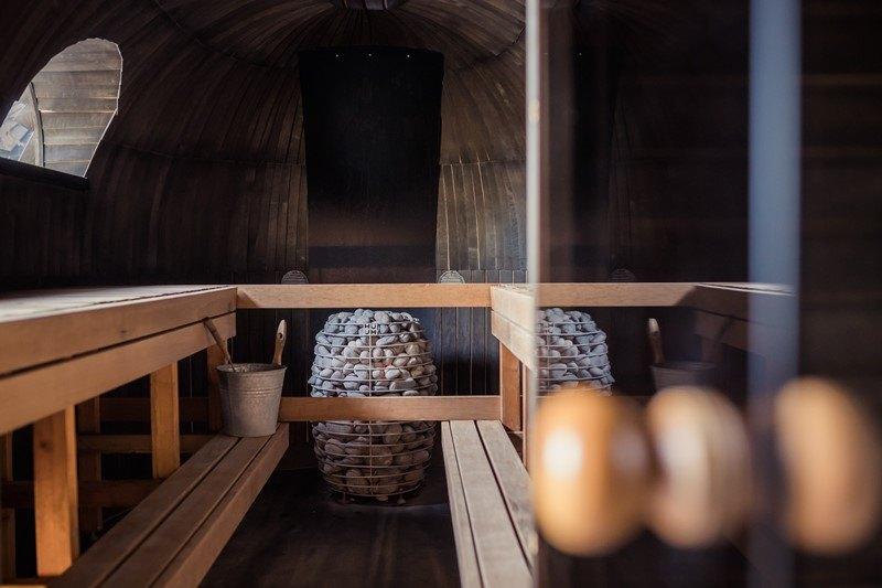 Blick in eine leere, vorgeheizte Sauna