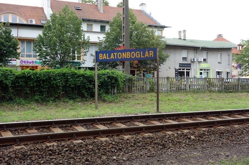 Balatonboglár-Schild an der Bahnstrecke in Balatonboglár