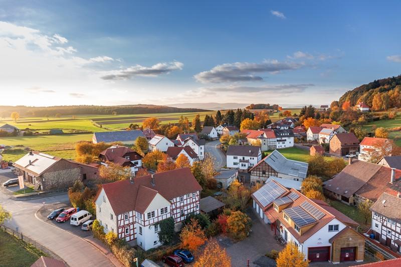Ansicht eines Dorfes mit zahlreichen Häusern