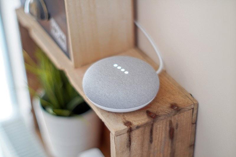 Google Home Mini mit digitalem Sprachassistenten