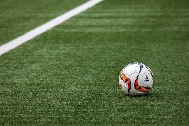 Ein Fußball liegt auf dem Spielfeld.