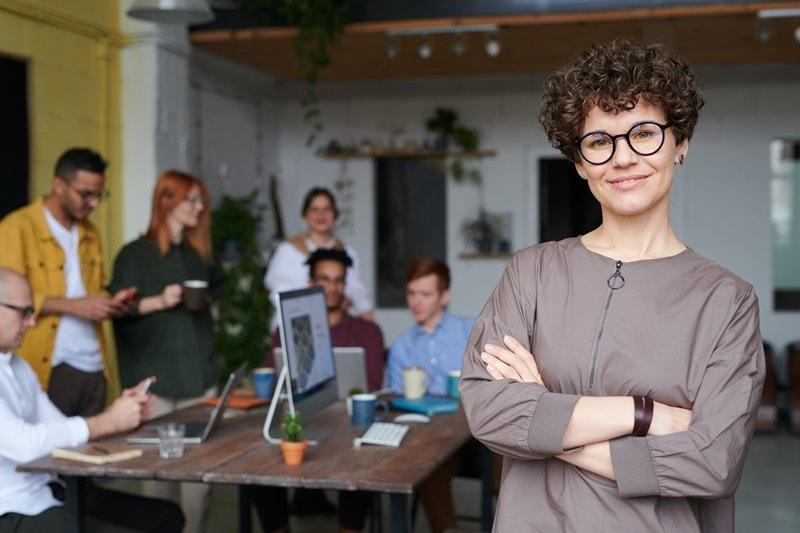 Eine Geschäftsfrau im unternehmerischen Umfeld