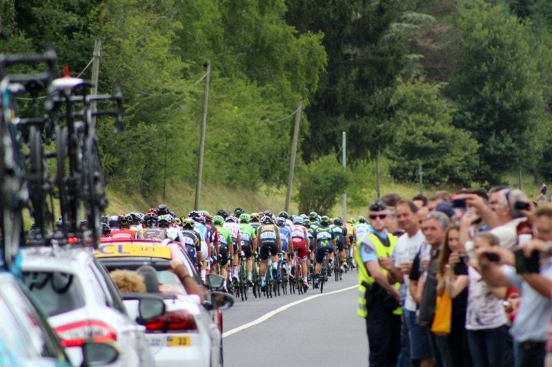 Blick auf das Fahrerfeld bei der Tour de France