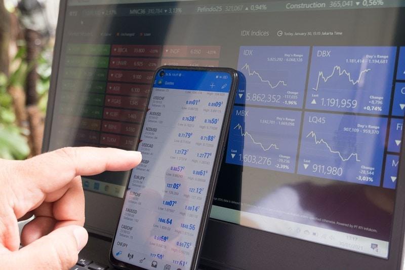 Aktienkurse auf Smartphone und Laptop