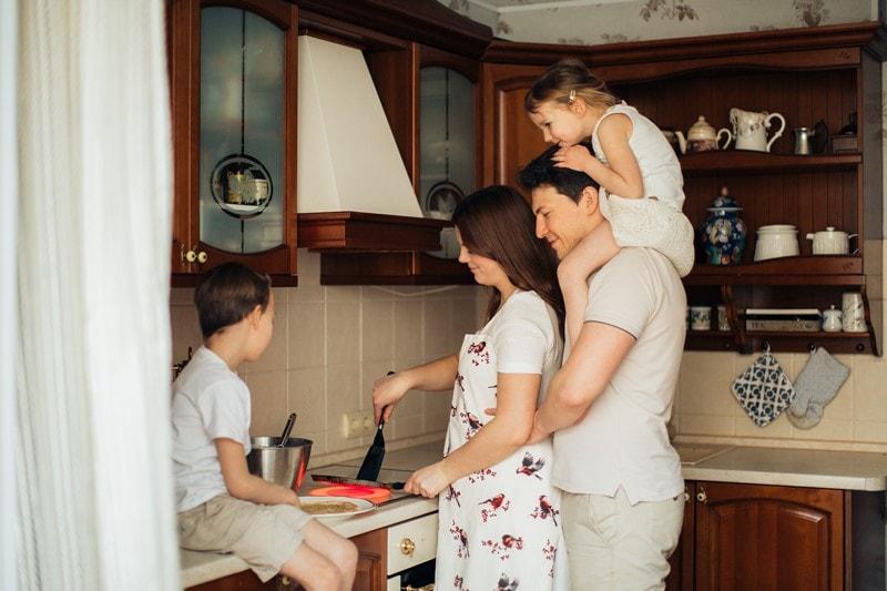 Eine Familie kocht gemeinsam.