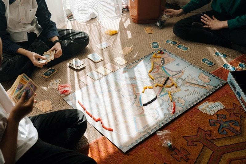 Freunde spielen ein Gesellschaftsspiel