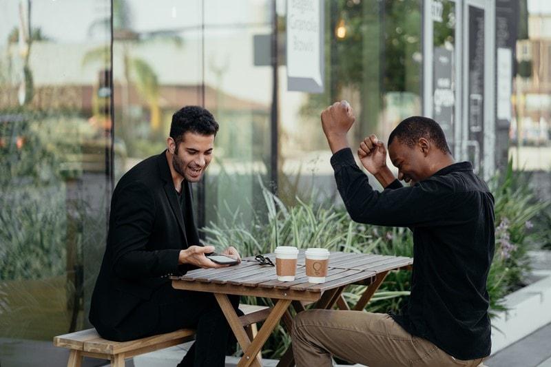 Zwei Männer freuen sich über einen Erfolg
