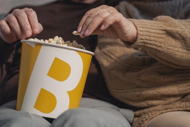 Paar isst Popcorn vor dem TV