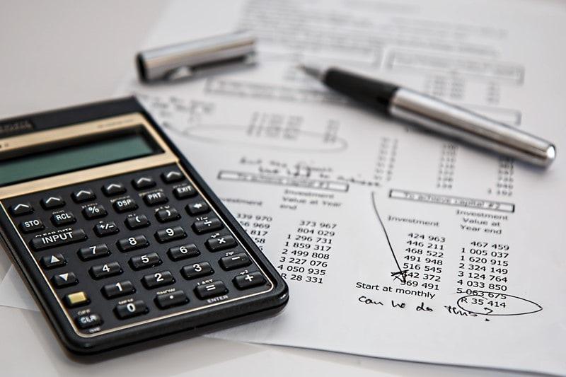 Taschenrechner, Kugelschreiber und eine Finanzplanung
