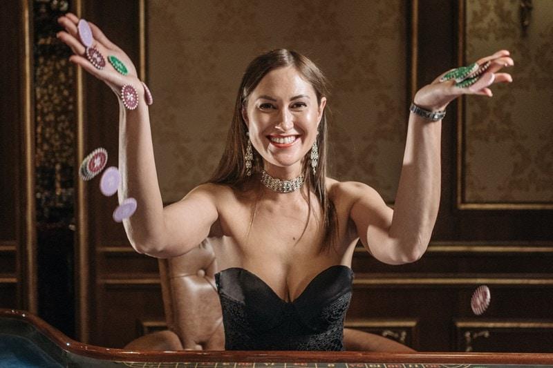 Frau freut sich über den Gewinn in einem Casino