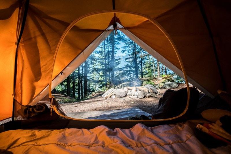 Camping in einem Zelt