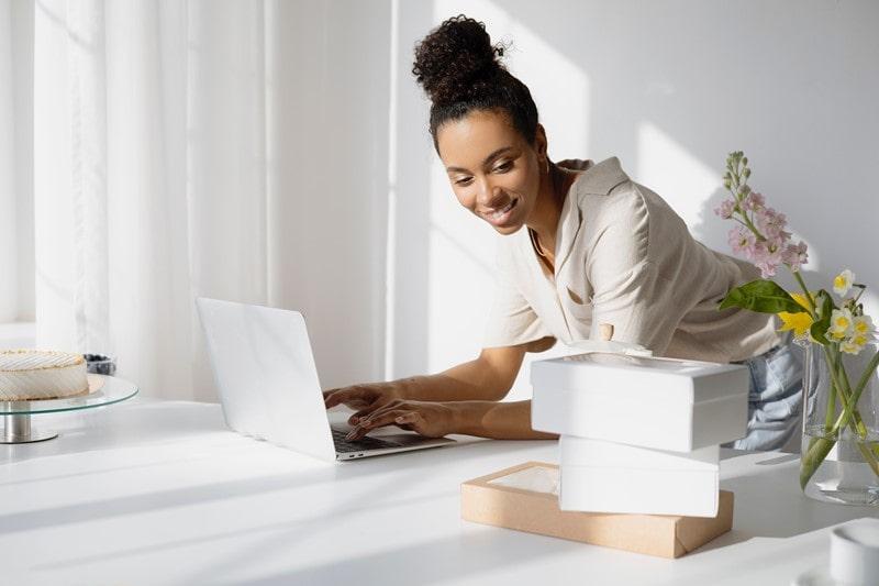 Frau arbeitet am Branding eines Produktes