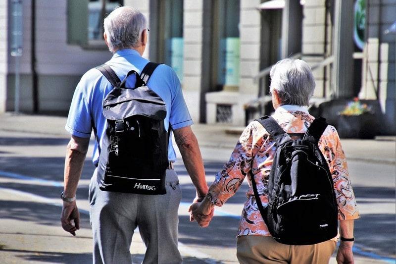 Senioren tragen einen Rucksack