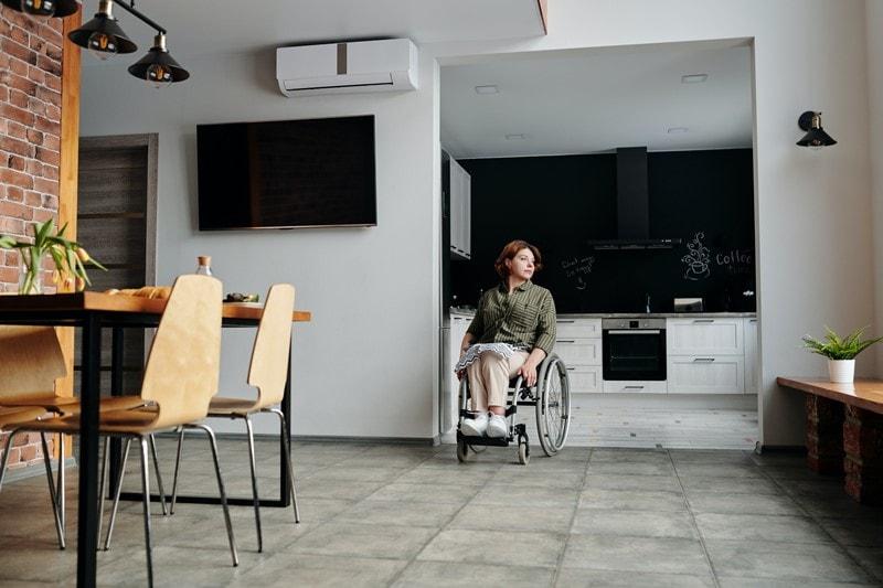 Frau in einer barrierefreien Wohnung