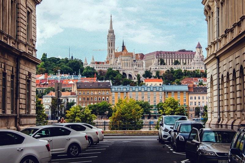 Blick auf die Fischerbastei und den Stephansdom in Budapest