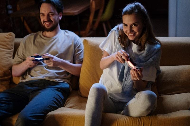 Ein Paar spielt Video Games