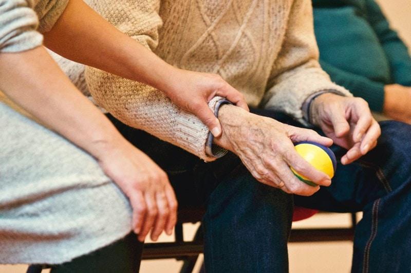 Altenpflegerin beschäftigt Senioren