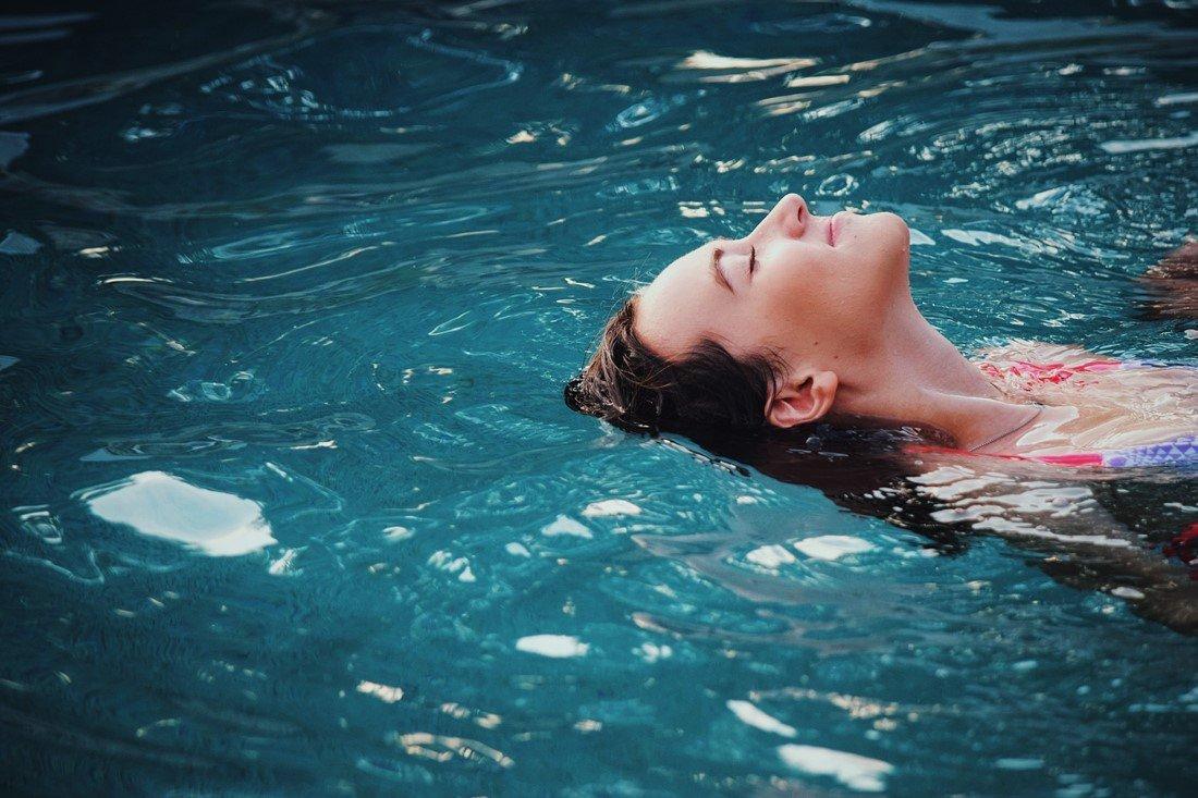 Frau badet in einem Thermalbad