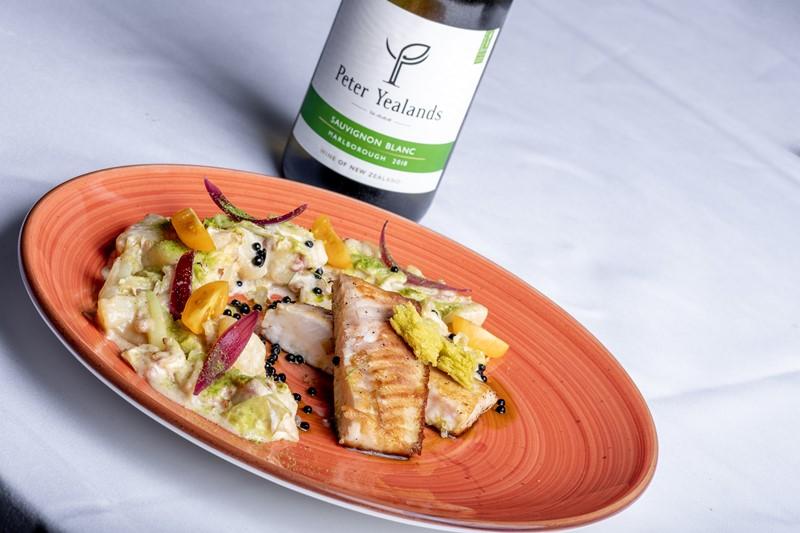 Erstklassiges Fischgericht mit gutem Wein
